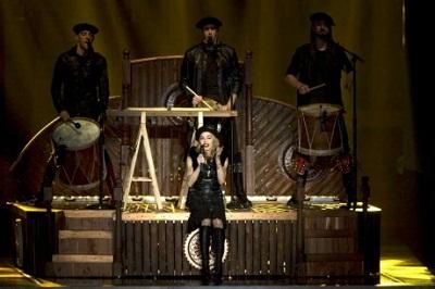 Madonna, con txapela incluida, cantando con los tres componentes de Kalakan