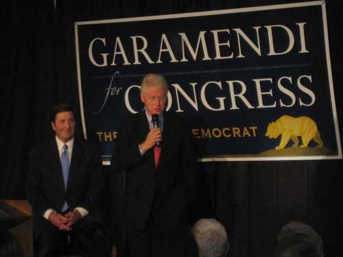 John Garamendi y Bill Clinton durante una visita al Basque Cultural Center de San Francisco en 2009, durante la campaña al Congreso de 2009