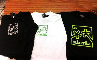 Los modelos da las camisetas de la Korrika que sortearemos.