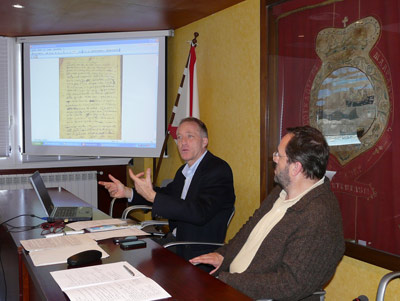 El historiador Michael Barkham, junto al concejal de cultura de Hondarribia, Txomin Sagarzazu, durante la presentación del testamento a los medios (foto hondarribia.org)