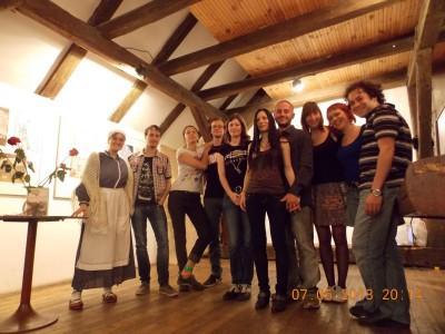 La lectora Ainara Maya (a la izquierda) y algunos de los participantes en la noche de poesía en Brno (foto Etxepare)