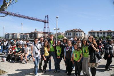 Los estudiantes de euskera de los lectorados frente al Puente Colgante de Portugalete (foto ZArruza)