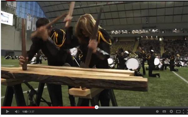 Los miembros de la banda en plena actuación tocando la txalaparta, en un momento del vídeo