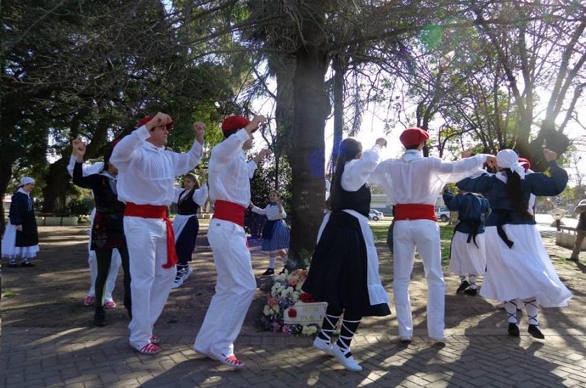 Roldango San Inazio festan herriko San Martin Plazan dantzatu zuten Euskel Biotza-ko dantzariek