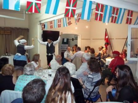 Integrantes del Centro Vasco Gure Txokoa de Córdoba durante uno de sus festejos