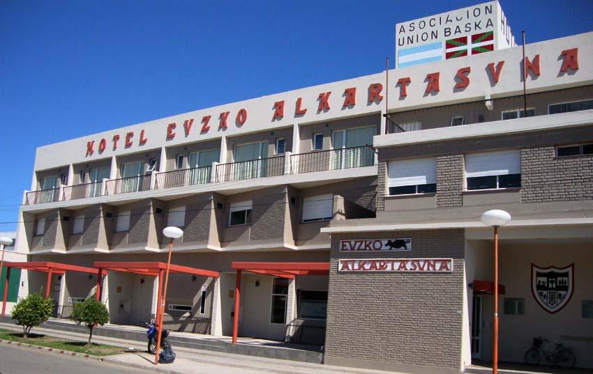 Vista del hotel Euzko Alkartasuna de Macachín, sede social del CV Unión Vasca Euzko Alkartasuna de Macachín