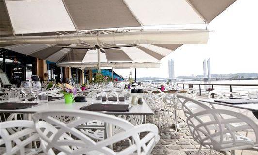Makila Kafe's terrace, by the river Garonne (photo makilakafe.com)