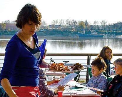 Le Txistu's terrace, by the river (photo quaidesmarques.com)