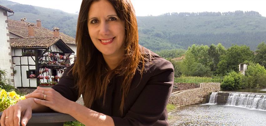 Dolores Redondo idazlea, bere lanen kokaleku den Elizondo herrian (argazkia doloresredondomeira.com)