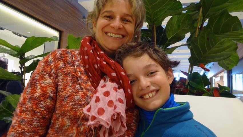 Carolina Minaberry con su hijo Unai durante su reciente viaje a Euskadi (foto EuskalKultura.com)