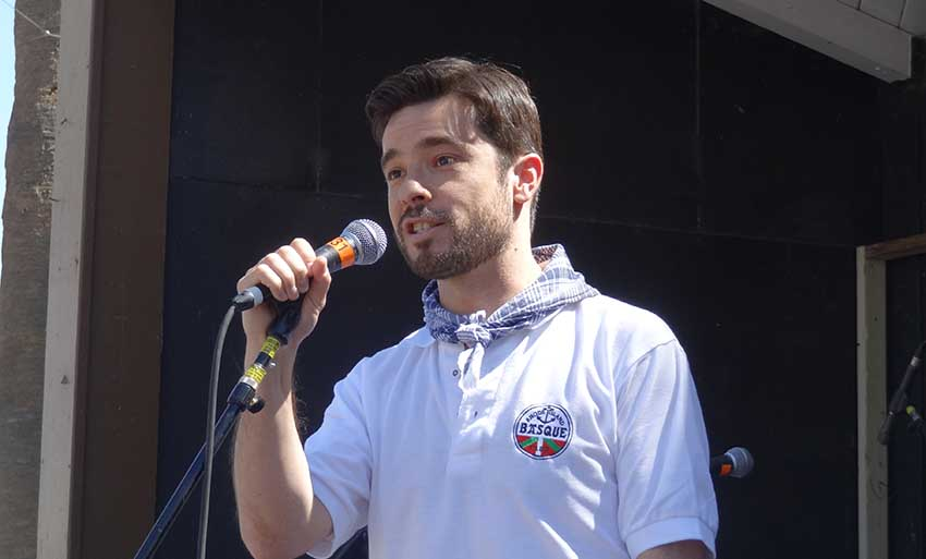 Ander Caballero Barturen, in an archive image, addressing the public at a Basque festival in California (photoEuskalKultura.com)