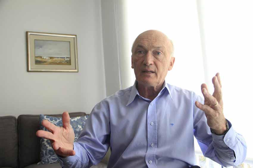 Andrés Lalanne, rector de la universidad CLAEH de Montevideo, rubricó el convenio con la Editorial Euskal Erria de la capital uruguaya (foto Busqueda.com.uy)