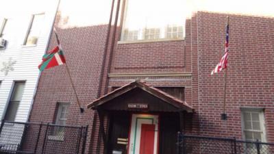 Aspecto exterior de la sede de Eusko Etxea de Nueva York, en el 307 de Eckford Street Brooklyn, NY 11222 (foto Joseba Etxarri)