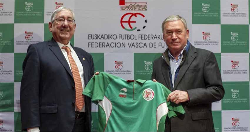 President of the Basque Soccer Federation, Luis Mari Elustondo, and the new coach of the Euskal Selekzioa with the team's jersey (photo Juan Echeverría-Mundo Deportivo)