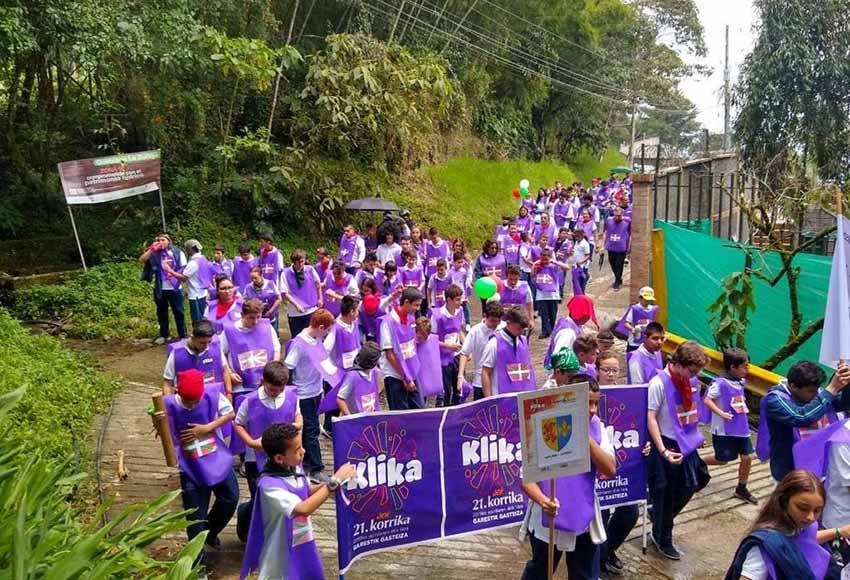 Korrika 21 en Antioquia, Colombia, realizando su recorrido por los alrededores del Colegio Euskadi de Medellín
