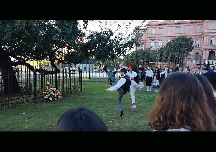 Basque-Argentine dantzaris perform Aurresku in front of the Tree of Gernika that grows near the Casa Rosada (photo EuskalKultura.com)