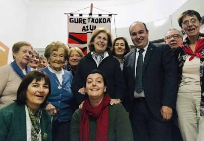 Gorka Alvarez Aranburu, in blue, this May with Sara Pagola; Mariana Satostegui and members of Gure Txokoa Basque Club