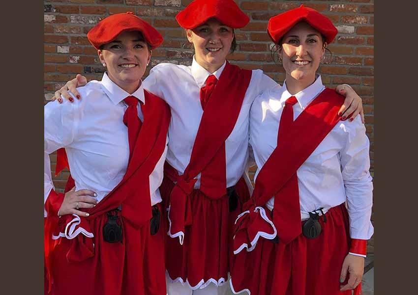 Jaclyn Lasuen, Elise Overgaard eta Kristina Franzoia izan ziren joan den larunbatean Boiseko San Inazio Corpus dantzetan aritu ziren lehen emakume dantzariak (arg. Cirbie Sangroniz)