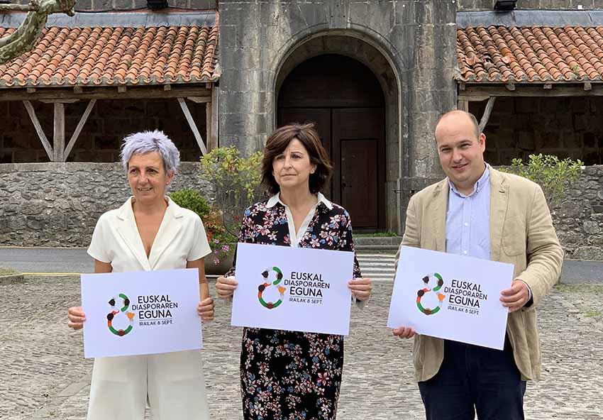 La alcaldesa de Ispaster Garbiñe Saenz de Buruaga y, representando al Gobierno Vasco, Marian Elorza y Gorka Álvarez Aranburu