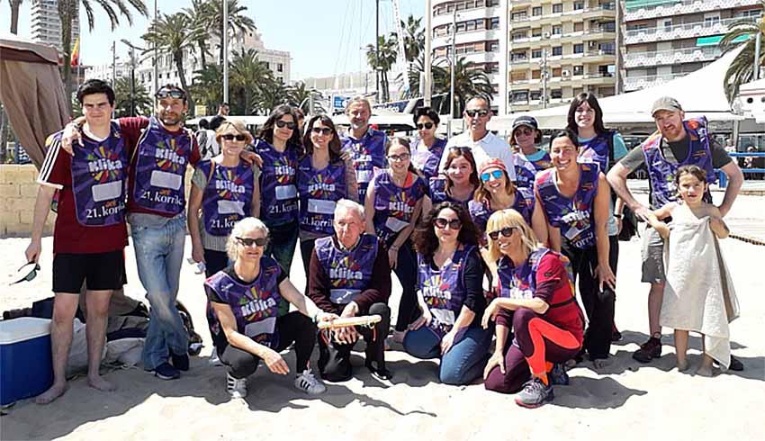 Alumnos de euskera de la Escuela Oficial de Idiomas de Alicante con su profesora Izaskun Kortazar en los actos de la Korrika 21