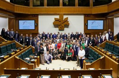 Group photo of the visit to the Basque Parliament by participants in the 7th World Congress of Basque Collectivities, 2019