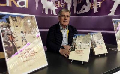 El historiador y antropólogo José Antonio Azpiazu, en la presentación de su libro en la librería Elkar de Donostia (foto Usoz-DV)