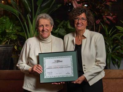 Ana Adarraga with her daughter Arantza Miralles holding the Marquesa de Parabere Award certificate
