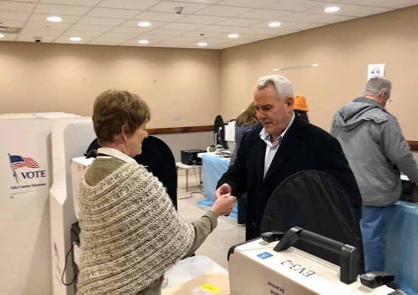 Dave Bieter, quien por 16 años ha sido alcalde de Boise, votando en la primera vuelta de las elecciones