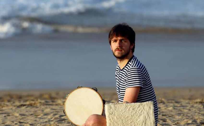 Salía del euskaltegi, atardecía. Bajó a la playa. Con un pandero cántabro y el cuadrado de Galicia (foto Arizmendi-DV)