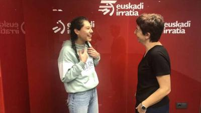 Garazi Euskadi Irratiko estudioetan, Maite Artola kazetariarekin hizketan