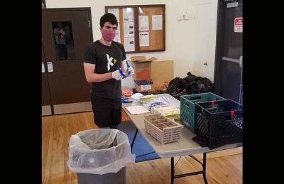 """Primer paso de la operación en el Centro Vasco de Boise: Recepción del """"material sucio"""". Tras la mascarilla se adivina a Mikel Sangroniz"""