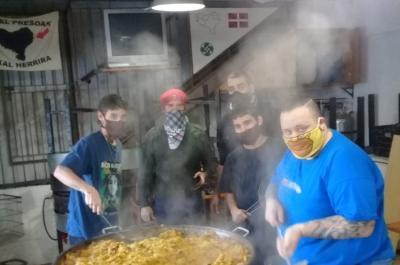 El viernes pasado, los jóvenes cocinando paella de pollo para un merendero del barrio San Miguel