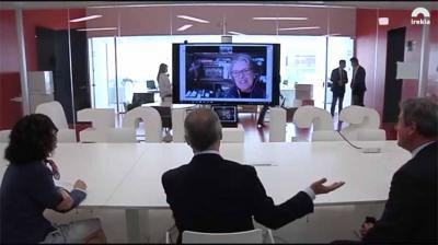 The Lehendakari speaks with Maria Elena Etcheverry, Adres de Irujo's widow via videoconference (photoIrekia)