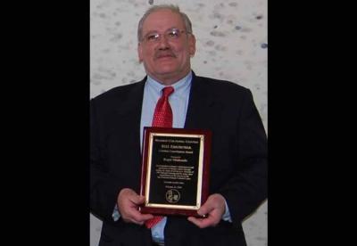 Residente en Novato, Roger Minhondo ha fallecido a los 71 años. En la imagen, con el Premio Bizi Emankorra del BCC de San Francisco