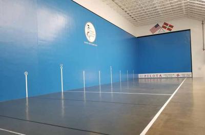 Este ves el rebovado aspecto que ofrece la kantxa del Basque Cultural Center de San Francisco, recién pintada de azul (foto GEE-BCC)