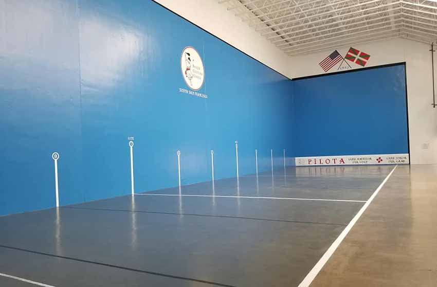 Here is the renovated appearance that the court at the Basque Cultural Center in San Francisco offers (photo GEE-BCC)