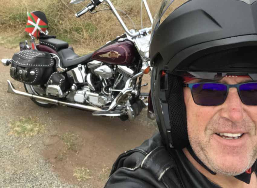 Paul Tetul profesionak berarentzat propio eraikitako Harley bat da saria; ze gairekin? Johnek ikurrina eta euskal armarria hautatu ditu