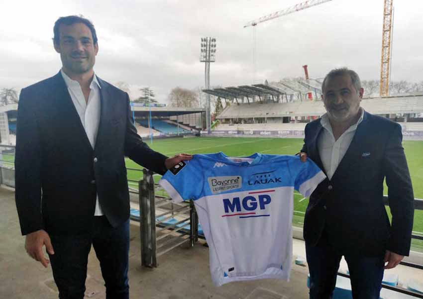 Mariano Galarza with Yannick Bru, President of Aviron Bayonnais holding up the team's jersey