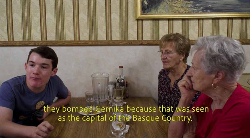 Imagen del documental 'The Eight Province', charlando entre vascos en el referencial restaurante vasco Wool Growers de Bakersfield