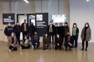 Participants in the Euskara Munduan 2021 Barnetegi with directors from the Etxepare Basque Institute at its headquarters in Donostia