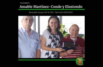 Amable was 97.  Pictured Ignacio Martínez, Pilar Alava and Amable Martínez-Conde receiving a plaque from the Basque club in 2014