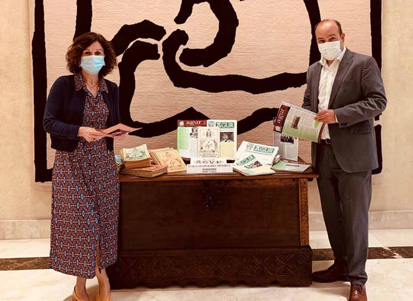 The Secretary General of Foreign Action, Marian Elorza and the Director of the Basque Community Abroad, Gorka Alvarez with the Agur collection