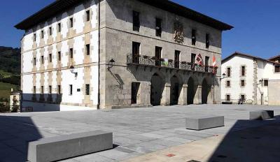 Gipuzkoako Berastegiko Herriko Plaza eta bertako Udaletxea (arg.Berastegi.eus)