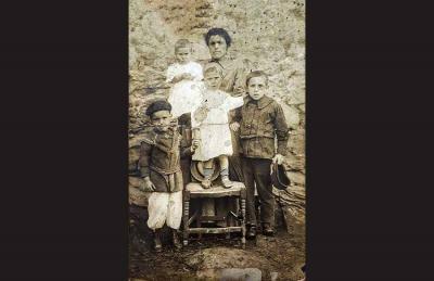 1936an gerran 16 urte ez zituela frontean miliziano hil zen Juan Dominguez. Ustez Vicenta Barreras Iraola bere amaren besoetan dagoena da (argazkia Jon Ortiz Dominguezen politesia)