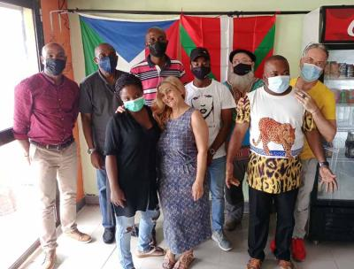 Algunos de quienes participaron en el encuentro de Euskal Etxea de Guinea, con las banderas ecuatoguineana y vasca al fondo